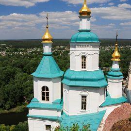 Николаевская церковь -- символ Святогорья. Построена она была еще в XVII веке, частично вырублена прямо в меловой скале Паломничество. Поездка в Святогорскую Лавру. 27 мая 2012 г.