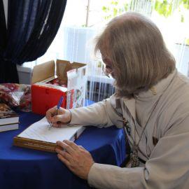 Началась автограф-сессия: отец Виктор подписывает книги всем желающим Празднование Пасхи и презентация новой книги отца Виктора. 09.04.2018 г.