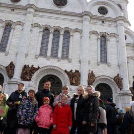 Перед храмом Христа Спасителя. Дети уже приложились к мощам Паломническая поездка к мощам святителя Спиридона и блаженной Матроны