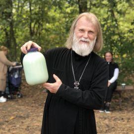 Еще теплым парным молоком угостили самых маленьких паломников Выезд на природу, 4.09.2021 г.