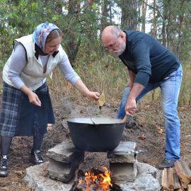 Муж и жена - лучшая парочка для приготовления вкусного блюда. Конечно же, женщина добавляет в суровые будни остроты!:) Выезд на природу, 4.09.2021 г.