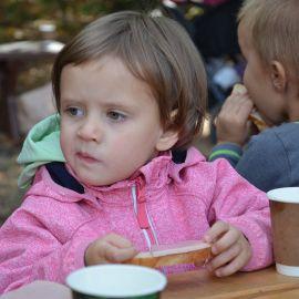 А Катя слушает да ест:) Выезд на природу, 4.09.2021 г.
