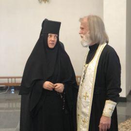 Батюшка Виктор беседует с монахиней Рафаилой, местным регентом Выезд на природу, 4.09.2021 г.