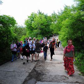 Исходив святые горы, паломники начали спуск вниз, обратно к автобусам, ведь впереди ждала еще одна святыня Паломничество. Поездка в Святогорскую Лавру. 27 мая 2012 г.