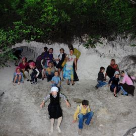 Меловые арки и пещеры -- излюбленное место ребятни Паломничество. Поездка в Святогорскую Лавру. 27 мая 2012 г.