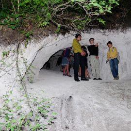Самые смелые маленькие спелеологи не спешат покидать меловые недра пещеры Паломничество. Поездка в Святогорскую Лавру. 27 мая 2012 г.