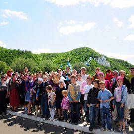 Приложившись к святыням, паломники готовы начать путь в сторону дома Паломничество. Поездка в Святогорскую Лавру. 27 мая 2012 г.